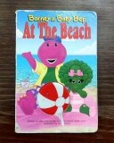 At The Beach - Barney & Baby Bop (anglicky) (leporelo)